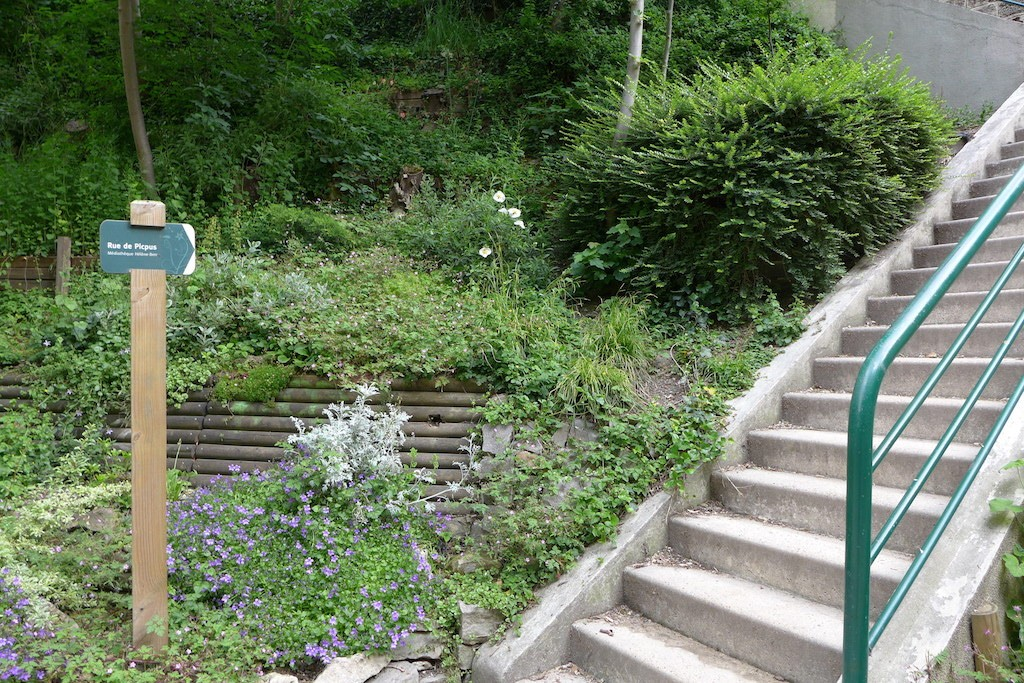 La Coulee Verte - Way out on the rue de Picpus up the stairs