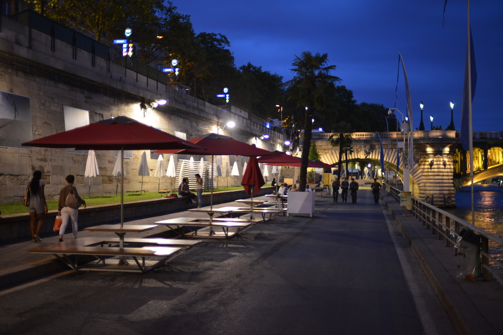 Late walkers on Paris Plages